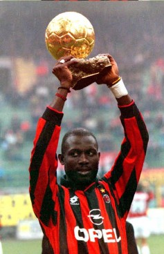 joueur-AC-Milan-George-Weah-presente-Ballon-Or-supporters-7-janvier-1996-Milan_1_991_1534